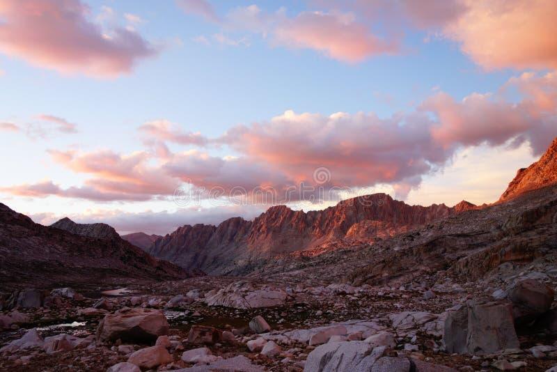 Gebirgszugsonnenuntergang in der hohen Sierra Berge stockfotos