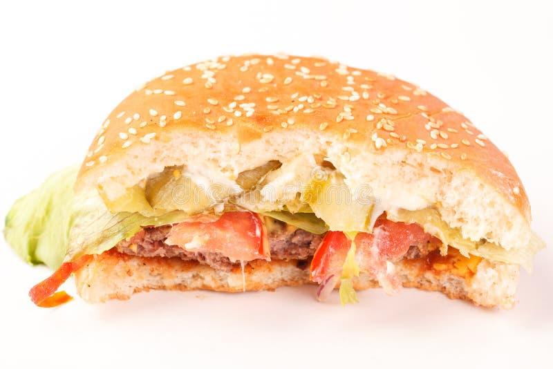 Gebissener Cheeseburger lokalisiert auf Weiß stockfotografie