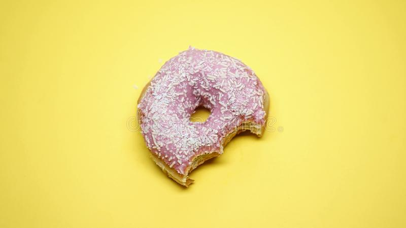 Gebissener Donut, fetthaltige ungesunde Fertigkost, Zuckersucht während des prämenstruellen Syndroms lizenzfreie stockfotos