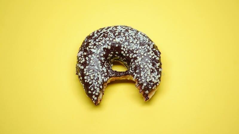 Gebissener Schokoladendonut, ungesunde Fertigkost und ungesunde Diät, überladenes Problem, Makro stockfotos