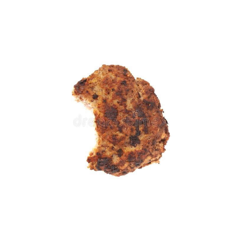 Gebissenes einzelnes kleines handgemachtes Kotelett lokalisiert über weißem Hintergrund stockfotografie