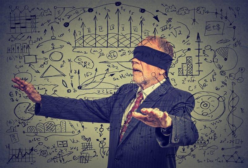 Geblinddochte bejaarde hogere bedrijfsmens die door sociale media gegevens gaan stock foto's