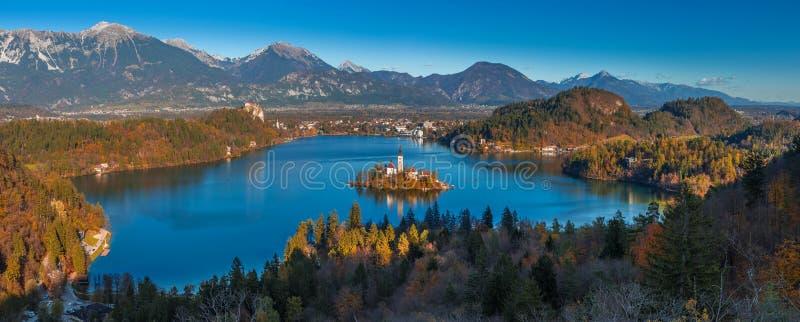 Geblutet, Slowenien - panoramische Skylineansicht von See blutete genommen von Ojstrica-Standpunkt stockfotos