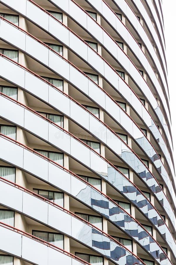 Gebogen Balkons met Rood Traliewerk stock afbeelding