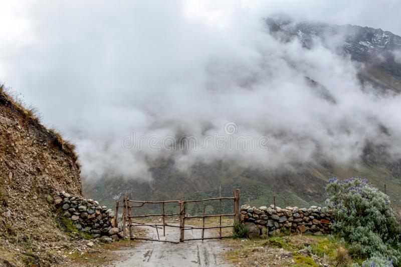 Gebogen bergweg in nevelige bergen, Abra Mariano Llamoja, pas tussen Yanama en Totora, Choquequirao-trek, Peru stock afbeelding