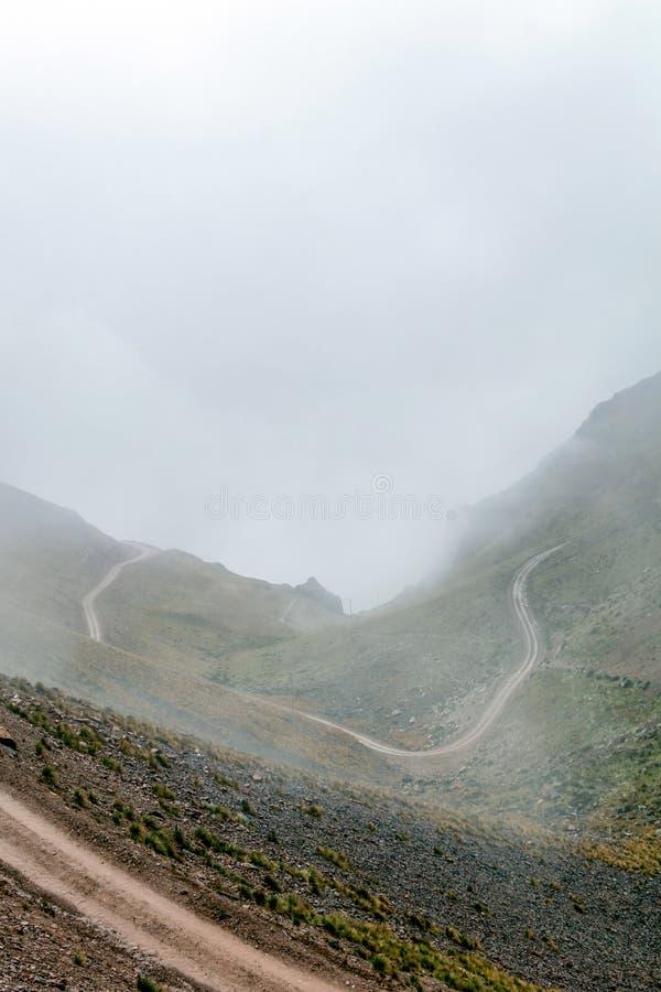 Gebogen bergweg in nevelige bergen, Abra Mariano Llamoja, pas tussen Yanama en Totora, Choquequirao-trek, Peru royalty-vrije stock afbeeldingen