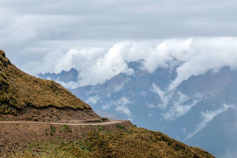 Gebogen bergweg in nevelige bergen, Abra Mariano Llamoja, pas tussen Yanama en Totora, Choquequirao-trek, Peru royalty-vrije stock afbeelding