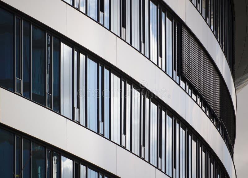 Gebogen glasvoorgevel van de moderne bouw stock foto