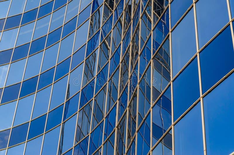 Gebogen glasvoorgevel van de moderne bouw royalty-vrije stock afbeeldingen