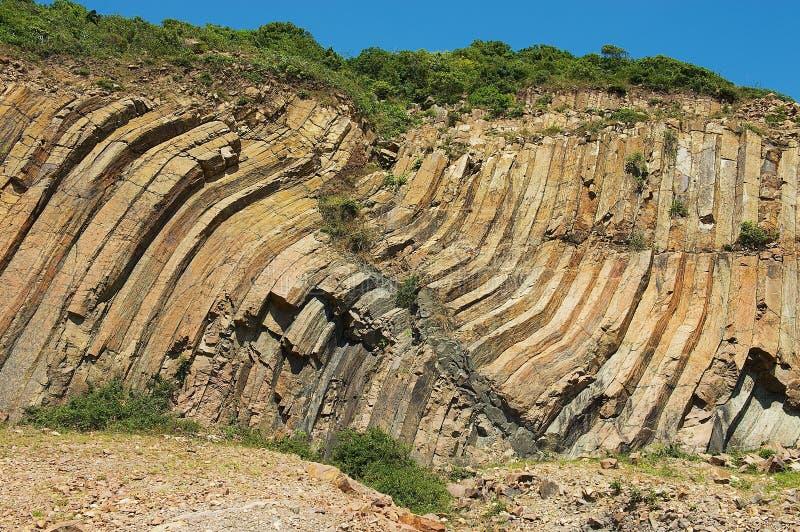 Gebogen hexagonale kolommen van vulkanische oorsprong in Hong Kong Global Geopark in Hong Kong, China stock foto