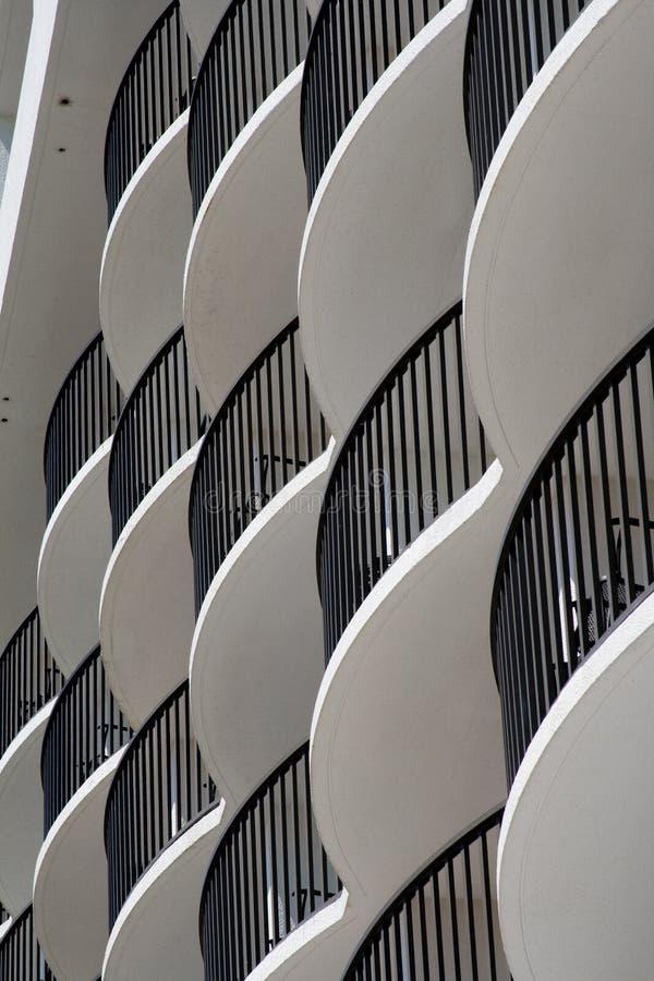 Gebogen witte hotelbalkons royalty-vrije stock foto