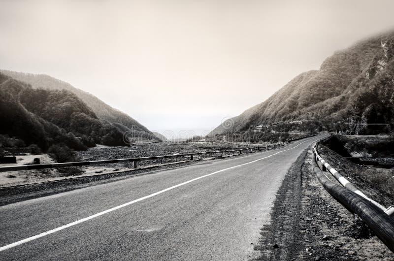 Gebogene Asphaltstraße im Hochgebirge von ilisu, Gakh, Aserbaidschan Greyscale Landschaft lizenzfreies stockbild
