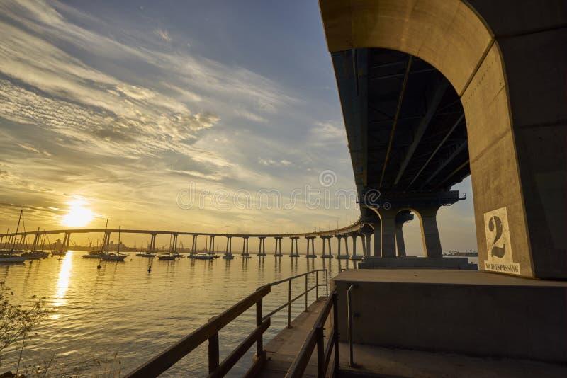 Gebogene Coronado-Brücke bei Sonnenaufgang über San Diego Bay stockbilder