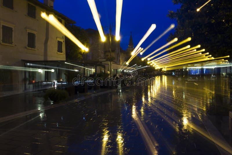 Gebogene Effekte mit Regen und Straßenbeleuchtung stockbilder