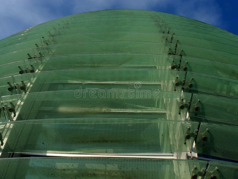 Gebogene Glasfassade lizenzfreie stockfotos