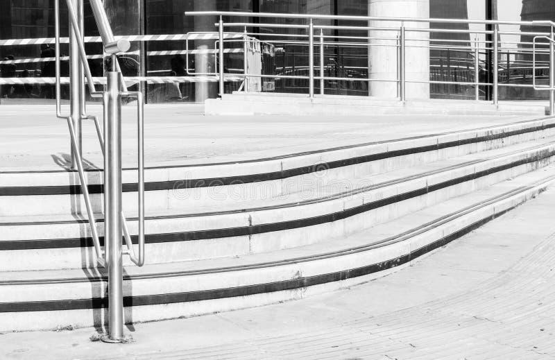 Gebogene konkrete Schritte und Metallgrillunterstützung stockfotografie
