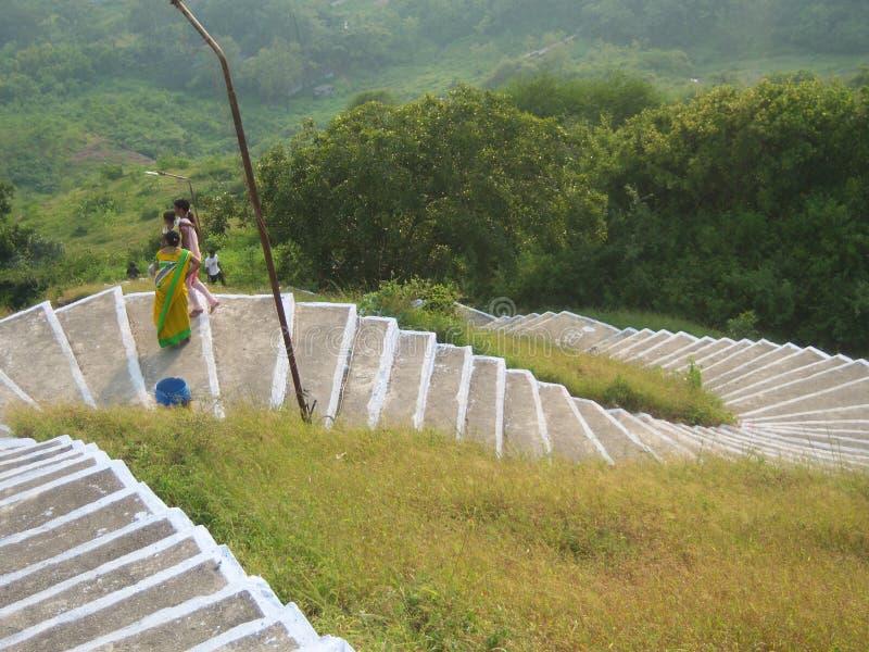 Gebogene Schritte auf Berg stockbild
