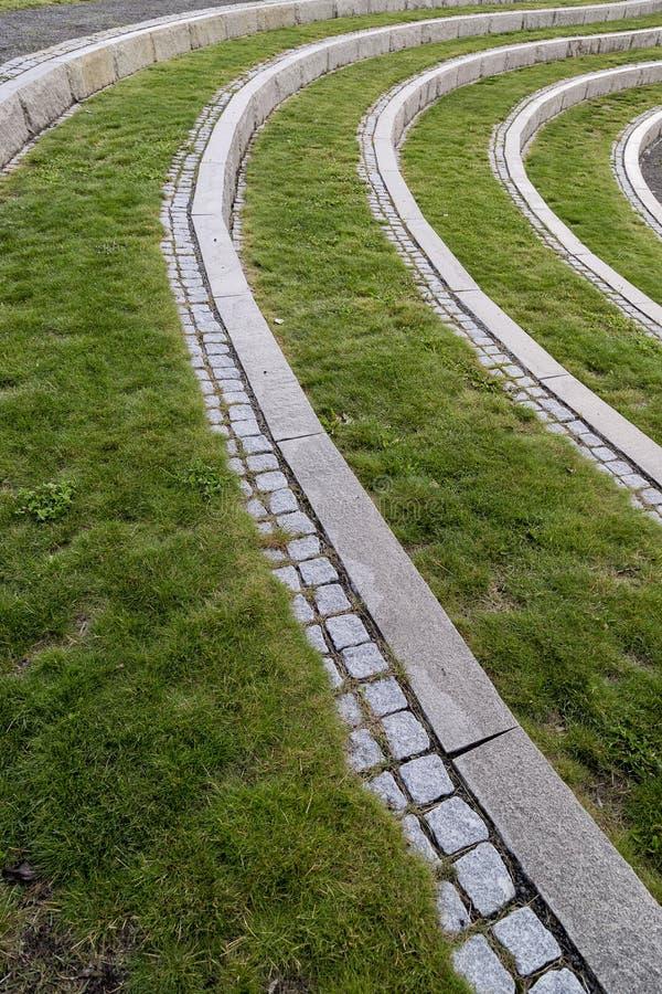 Gebogene Schritte mit Stein und Gras stockbild