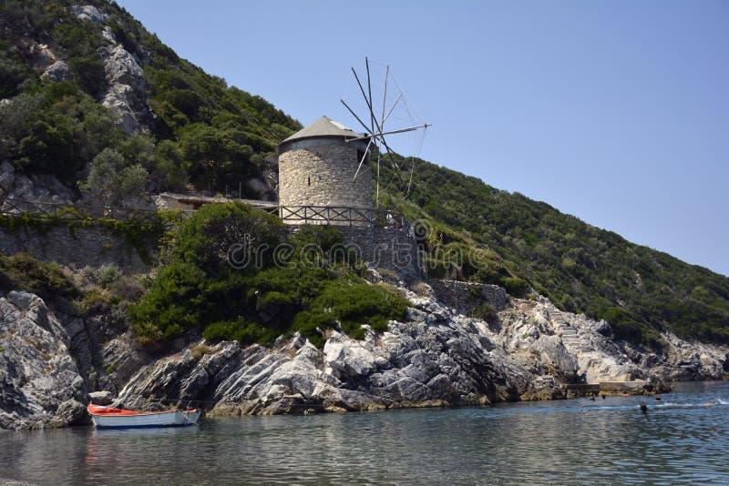 Gebogene Treppe in das griechische Meer stockfotos