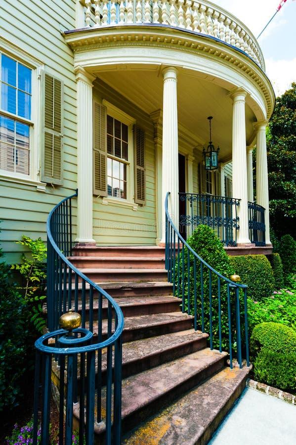 Gebogener Front Steps zum schönen Haus in Süd-Vereinigten Staaten stockbild