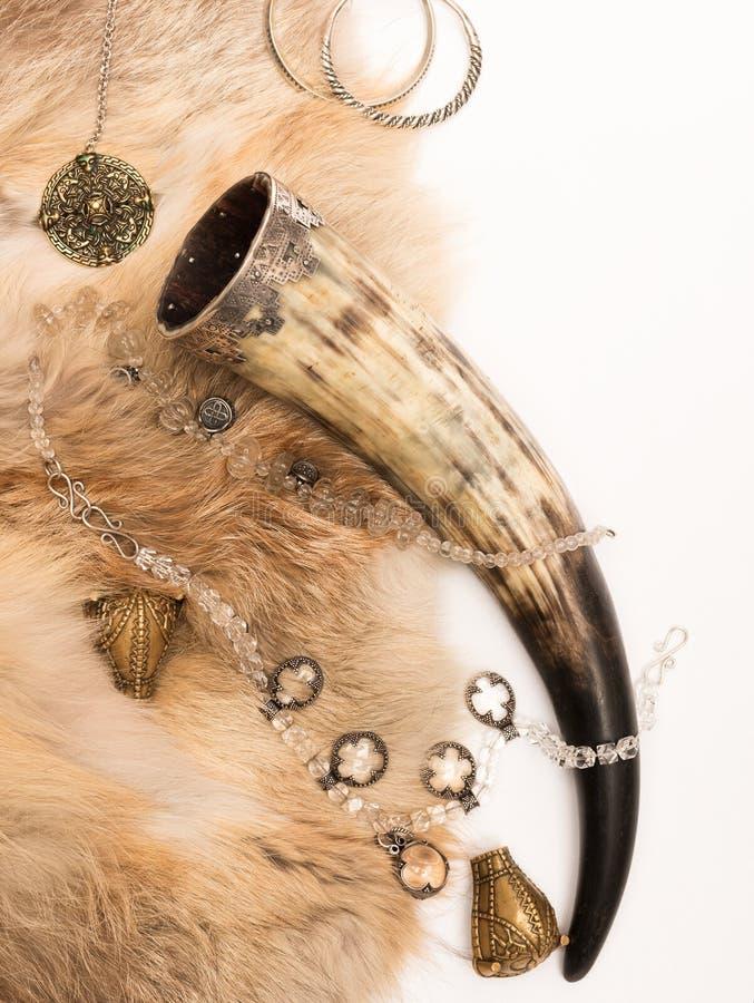 Gebogenes Horn der Wikinger und der alten Dekorationen auf Gewehren der Mantel stockfoto