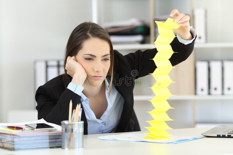 Gebohrte Exekutivverschwendungszeit im Büro stockbild