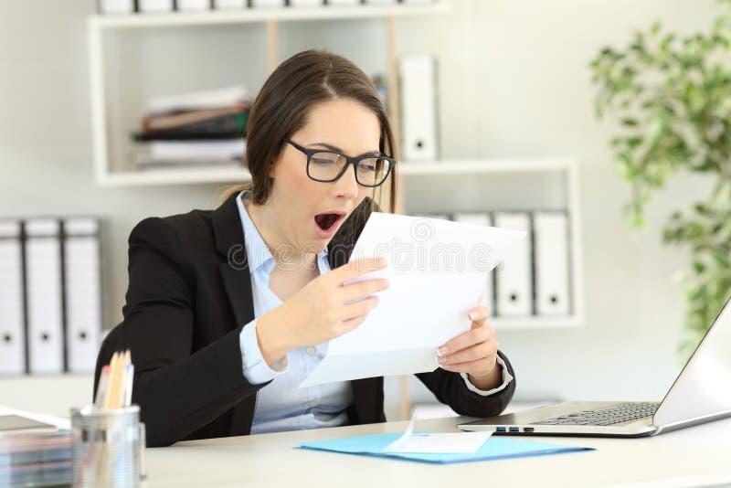 Gebohrte gähnende Dokumente des Büroangestellten Lese stockfotos