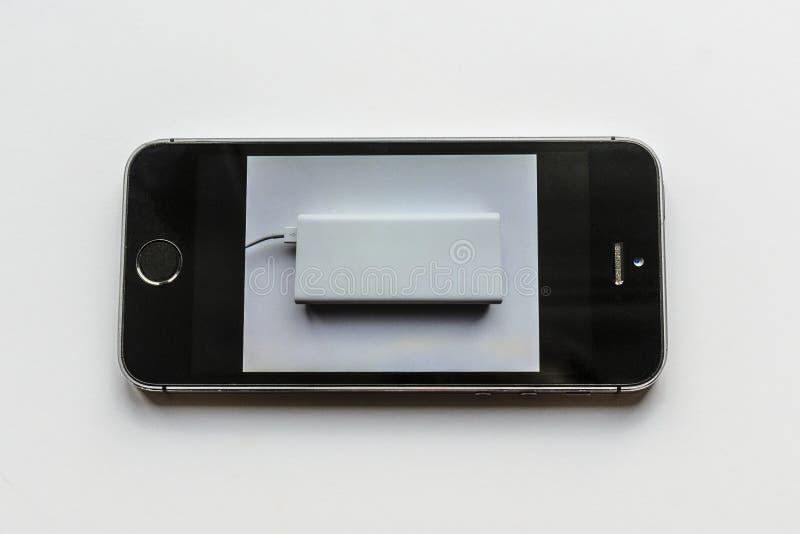 Gebohrte tote Telefontr?ume eines gro?en powerbank, m?chte aufladen Aufladung Ihres Telefons a stockbild