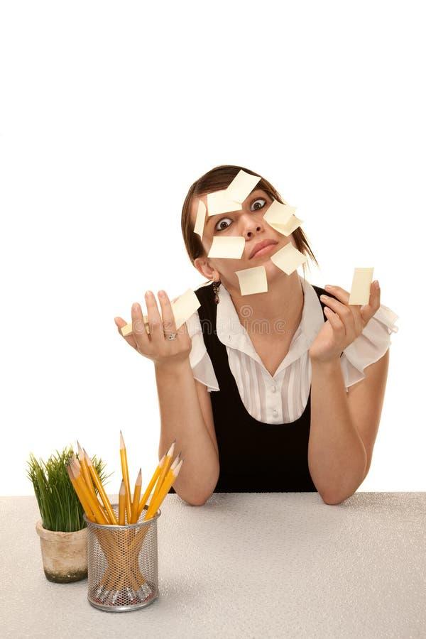 Gebohrter Büroangestellter mit unbelegten klebrigen Anmerkungen lizenzfreies stockfoto