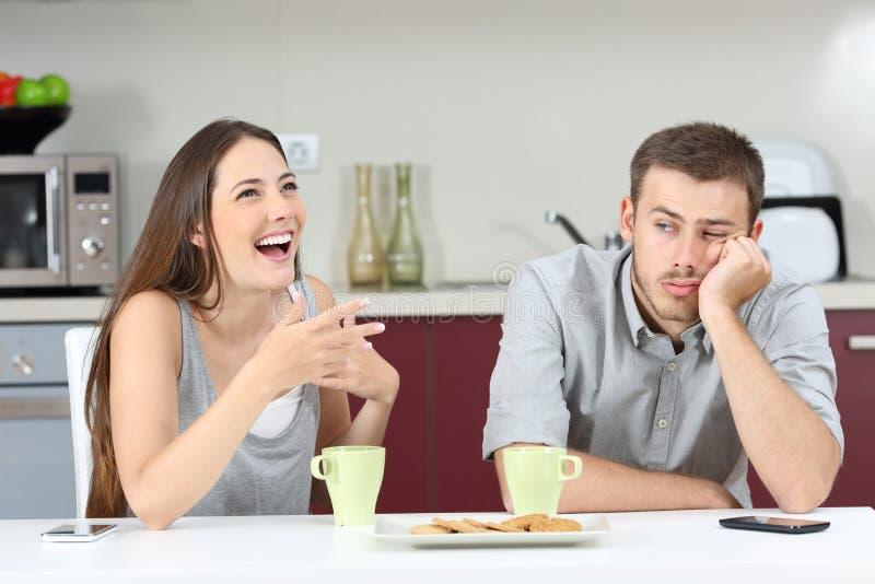 Gebohrter Ehemann, der seine Frauunterhaltung hört lizenzfreie stockbilder