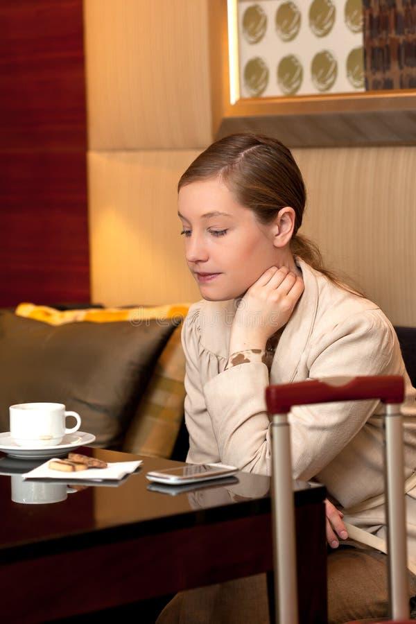 Gebohrter Geschäftsfrauaufenthaltsraum lizenzfreies stockbild