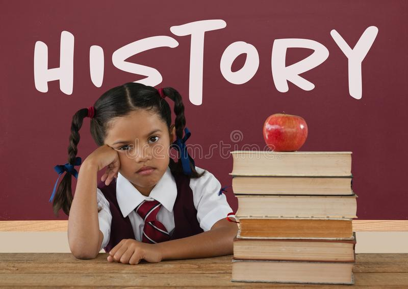 Gebohrtes Studentenmädchen bei Tisch gegen rote Tafel mit Geschichtstext stockfotografie