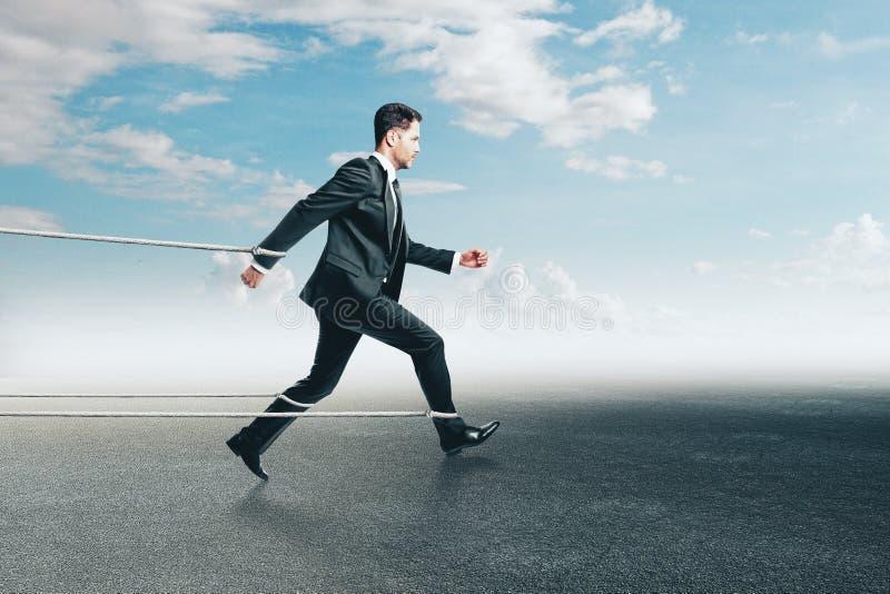 Gebonden zakenman die op hemelachtergrond lopen stock foto