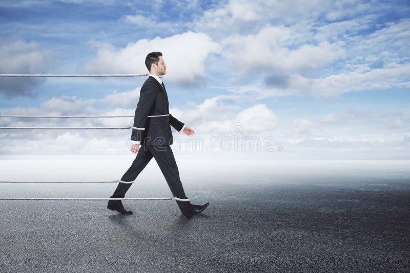 Gebonden zakenman die op hemelachtergrond lopen stock afbeelding