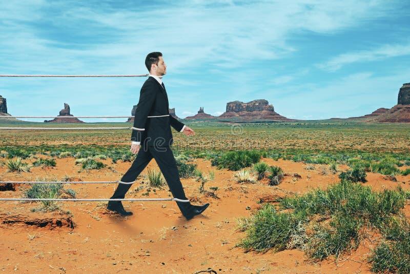 Gebonden zakenman die op woestijnachtergrond lopen royalty-vrije stock foto's