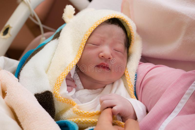 Geborenes japanisches Baby des Babys gerade stockbild
