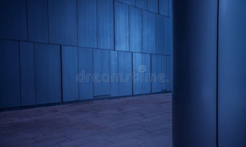 Geborstelde metaal betegelde panelenmuur en kolomachtergrond in moderne futuristische architectuur royalty-vrije stock foto