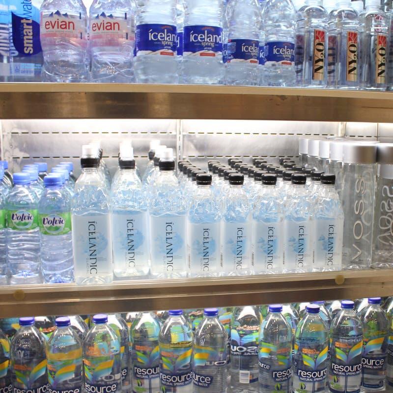 Gebotteld water op stoeplank royalty-vrije stock foto