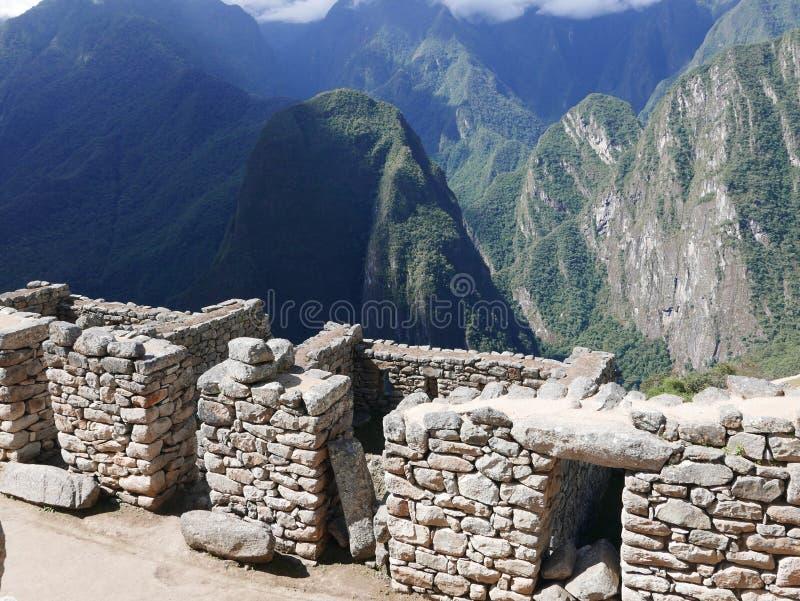 Gebouwde steenbouw en bergen in Machu Picchu stock foto