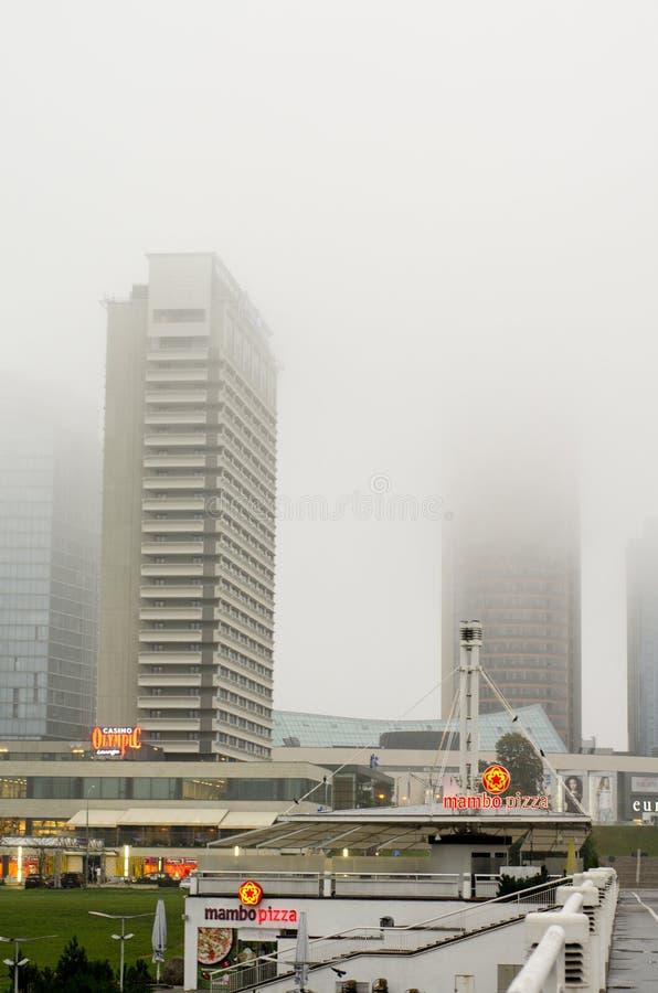 Gebouwen in de mist stock fotografie