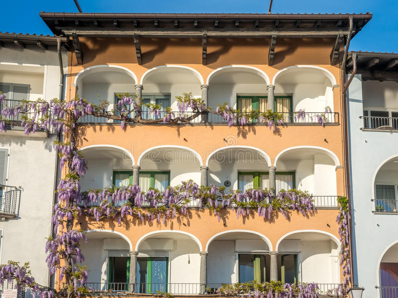 Gebouwen dichtbij meer in Locarno, Zwitserland stock afbeeldingen