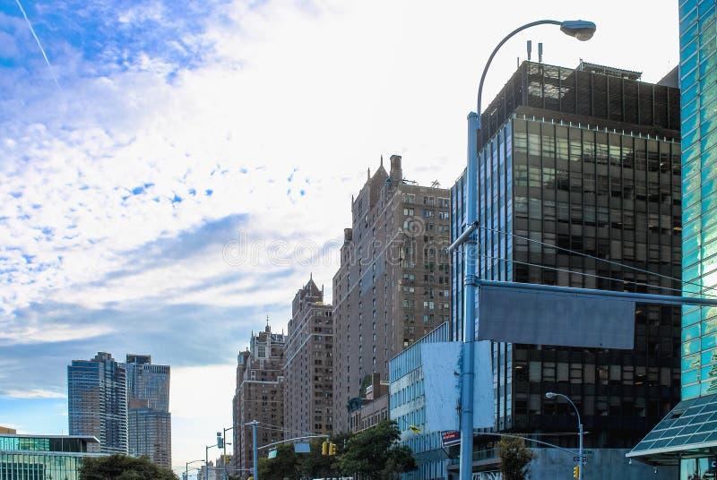 Gebouwen die Eerste Weg voeren die naar lager Manhattan van 44ste Straat buiten het Één de V.N.-Pleingebouw kijken stock foto's
