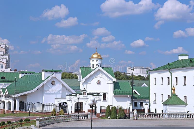 Gebouwen die tot de Orthodoxe Heilige Geestkathedraal behoren in Minsk stock foto