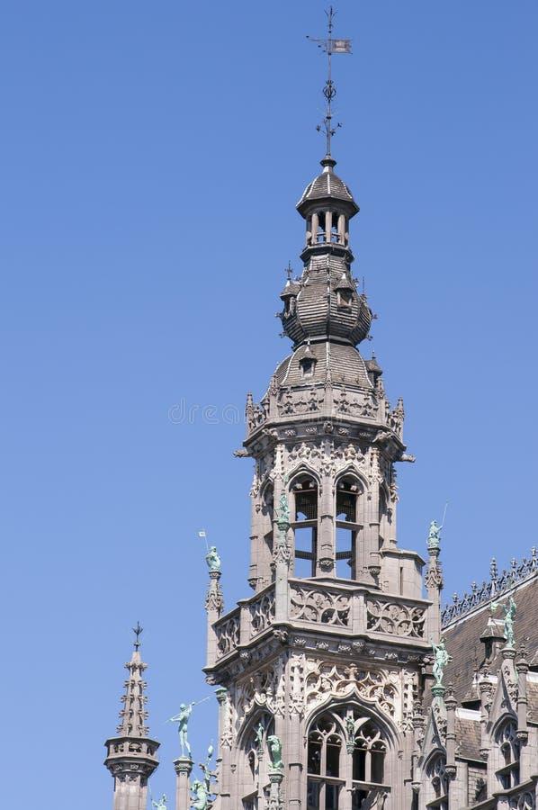 Gebouwen die van Grand Place terug naar de 14de eeuw dateren Museum van de Stad van de toren van Brussel stock afbeeldingen