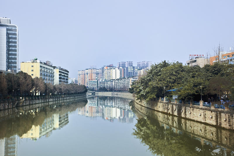 Gebouwen in een kanaal, Chengdu, China worden weerspiegeld dat royalty-vrije stock foto