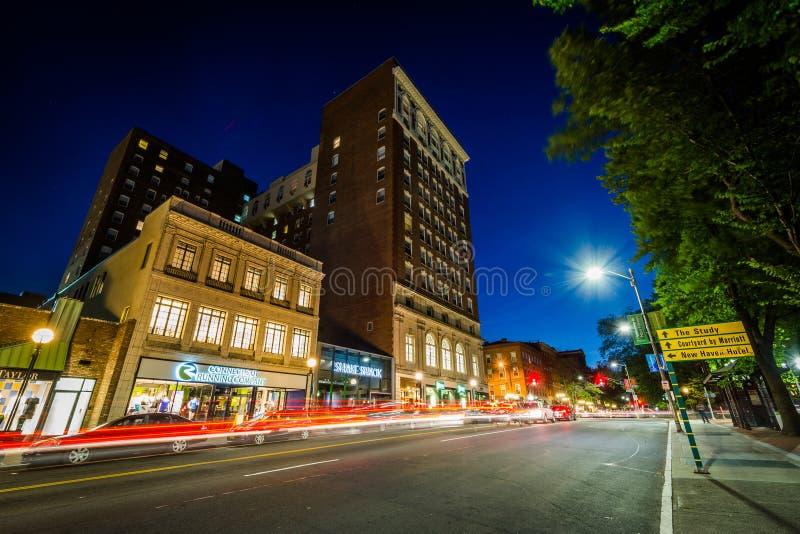 Gebouwen en verkeer op Kapelstraat bij nacht, in Nieuw van de binnenstad royalty-vrije stock foto