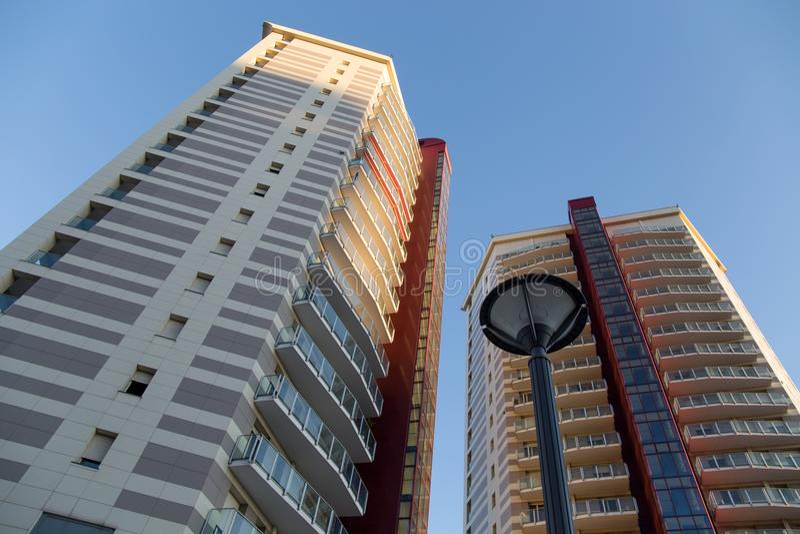 Gebouwen genoemd de Vuurtorentorens van ` TorrI Faro ` in de commerciële en bedrijfskant van Genua, Italië stock afbeelding