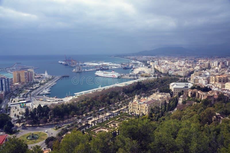 Gebouwen, haven, baai, schepen en bergen tegen een bewolkte hemel Dramatische hemel over de stad Mooie Mening stock afbeelding
