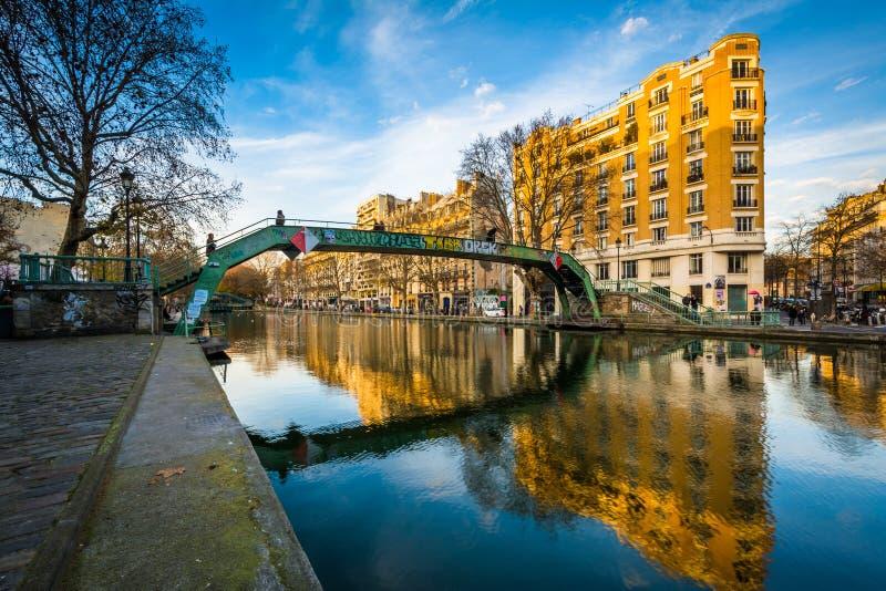 Gebouwen langs en brug over Kanaal heilige-Martin, in Parijs, Fr stock afbeeldingen