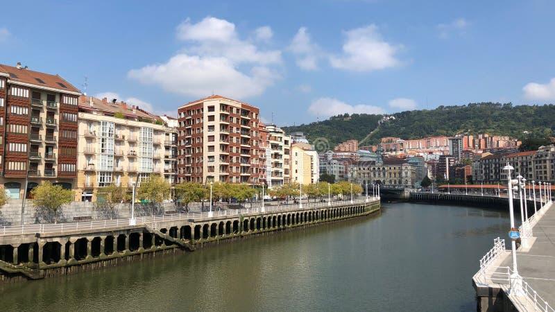 Gebouwen langs Nervion-Rivier in Bilbao, Spanje royalty-vrije stock foto's